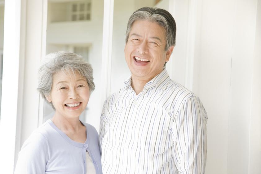 笑顔の高齢者夫婦の写真